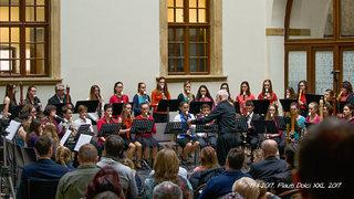 Alan Davis řídí Flauti dolci XXL na závěrečném koncertě kurzu