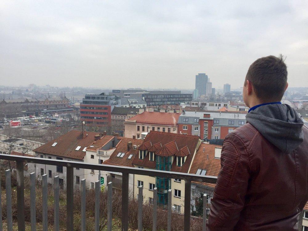 """Martin Vérteši ukazuje brněnské """"dolní uličky""""."""