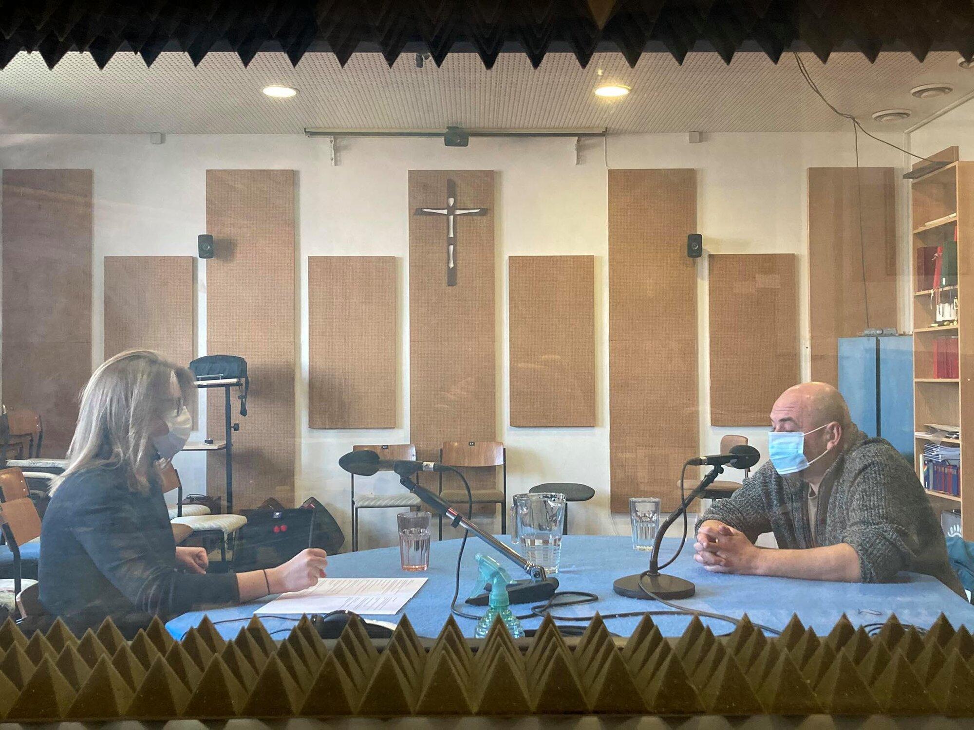 Hana Strašáková s hostem Markem Janásem při rozhovoru.