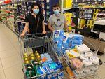 Bronislava a Jiří s nákupem pro potřebné